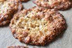 Havregrynssmåkager med sirup og mandler - sprøde og lækre