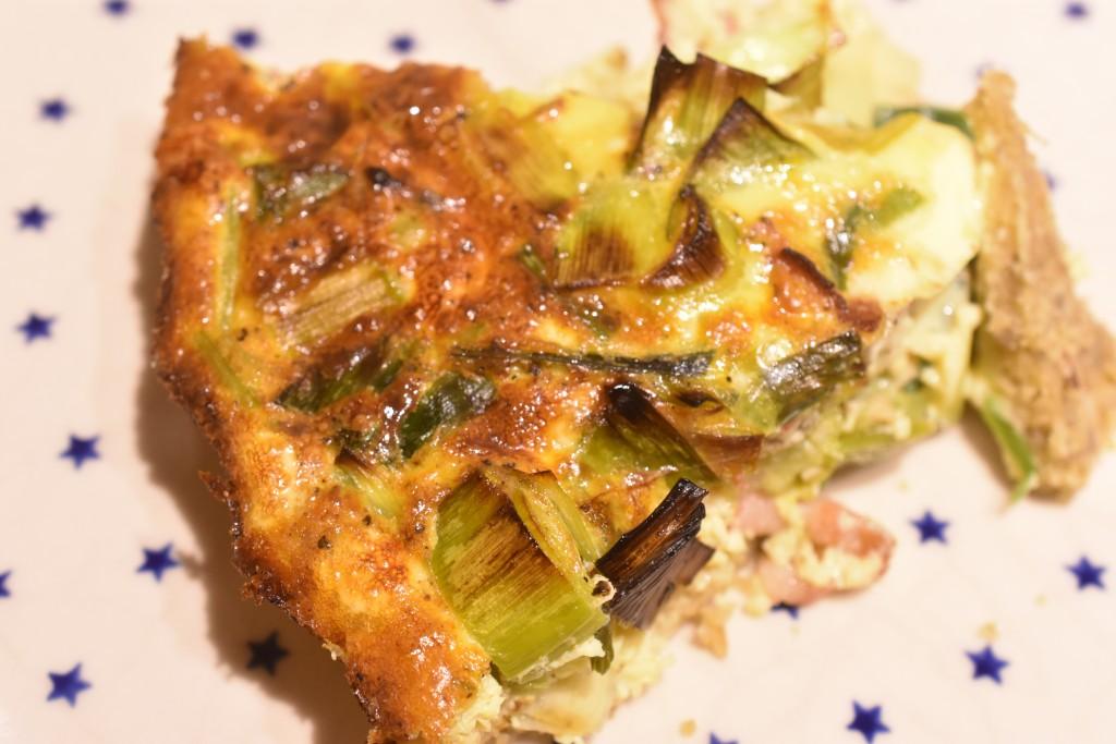 Grov tærte med havregryn og fyld af porre og bacon