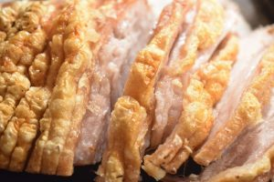 Flæskesteg med lækre ovnstegte kartofler og bagte rodfrugter