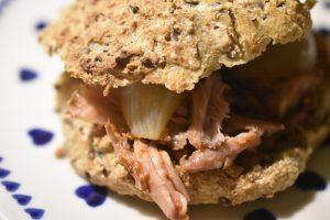 Pulled pork i stegeso & burgere af koldthævet dej