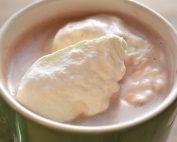 Varm kakao - opskrift med mælk & flødeskum
