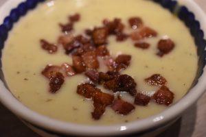 artoffelsuppe med pastinak, bacon og timian - nem og lækker
