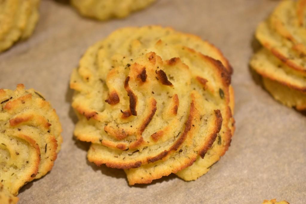 Bagt Kartoffelmos Med Æg kartoffelrosetter med timian og sennep - af bagt kartoffelmos