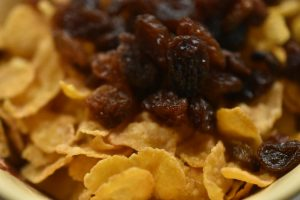 Cornflakestoppe med rosiner og marcipankugler med nougat