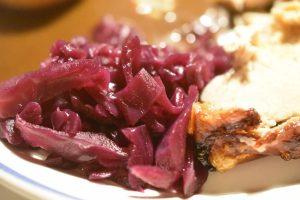Hjemmelavet rødkål med ribsgele og rørsukker