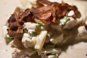 Hønsesalat med bacon, æble og ananas - hjemmelavet og lækker