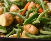 Kartoffelfad i ovn med bønner og gulerødder