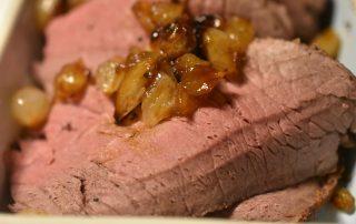 Roastbeef - med glaserede løg og flødesauce - mør og lækker