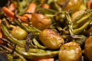 Kartoffelfad med bønner og gulerødder - olieristede i ovn