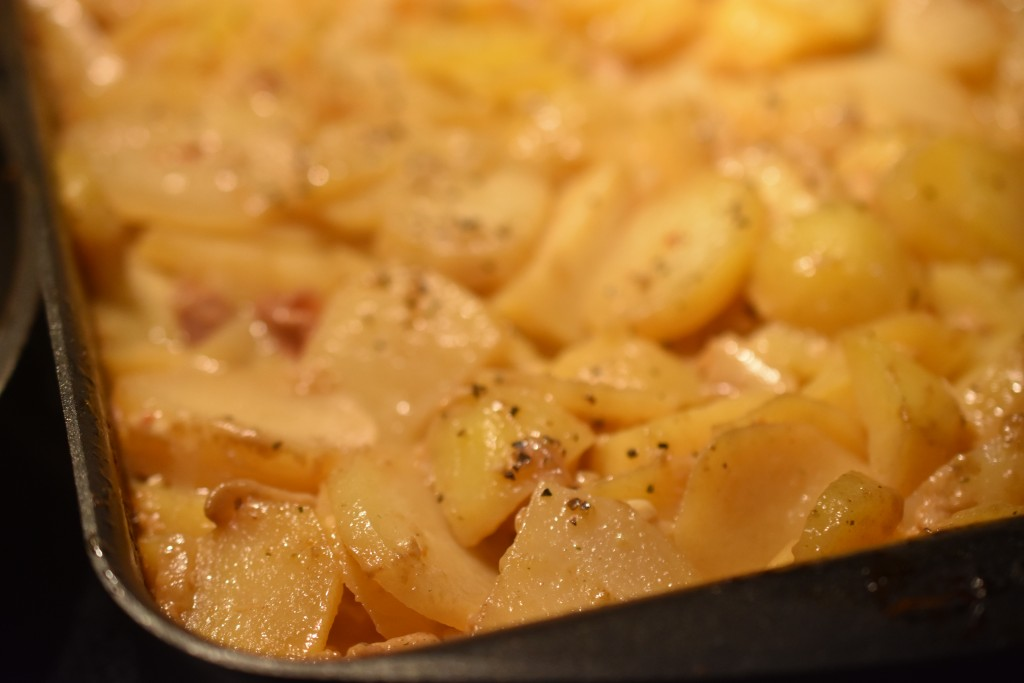 Flødekartofler med bacon - lækre flødestuvede kartofler