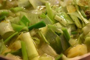 Hvidløgssuppe med porrer og kartofler