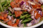 Bønnesalat med rødløg, tomater og vinaigrette