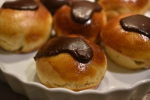 Fastelavnsboller med vaniljecreme - lækre cremeboller