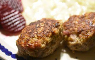 Frikadeller med bacon og havregryn - saftige og lækre