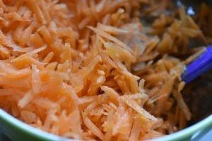 Gulerodskage med ostecreme - opskrift på svampet krydderkage