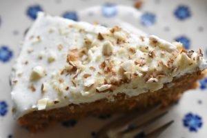Gulerodskage med frosting - en nem, svampet og lækker kage
