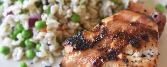 Grillet kyllingebryst med bacon - mørt, saftigt og lækkert