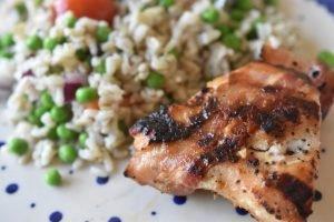 Grillet kyllingebryst med bacon og rissalat - en let menu