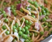 Pasta med bacon, ærter og flødesovs opskrift