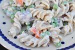 Pastasalat med creme fraiche, ærter og rødløg – nem & lækker