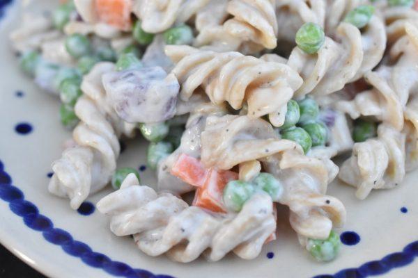 Pastasalat med creme fraiche, ærter og rødløg - frisk & lækker
