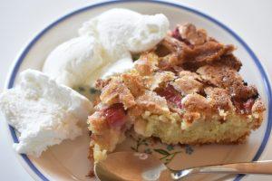 Rabarberkage med vanilje og flødeis - nem og lækker