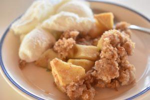 Æblecrumble med kanel og kokos - nem og lækker
