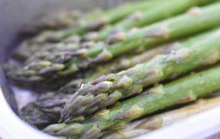 Grillede asparges med olie og krydderurtesalt