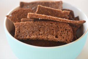 Rugbrødschips med krydderi - nemme, sprøde og lækre