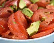Tomatsalat med avocado & basilikum opskrift