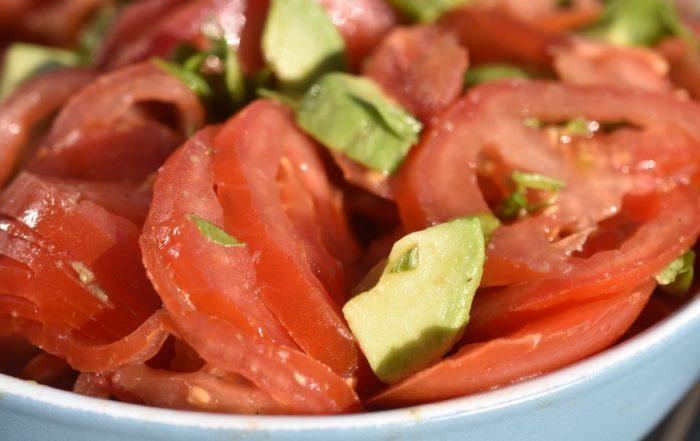 Tomatsalat med avocado og basilikum