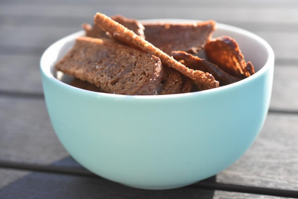 Rugbrødschips med krydderi - sprøde og lækre