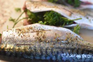 Grillet makrel med persille - klar på et kvarter