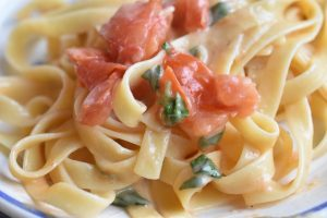 Pasta med tomat, basilikum, hvidløg og ost - cremet og lækker