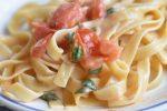 Pasta med tomat, basilikum, hvidløg og ost