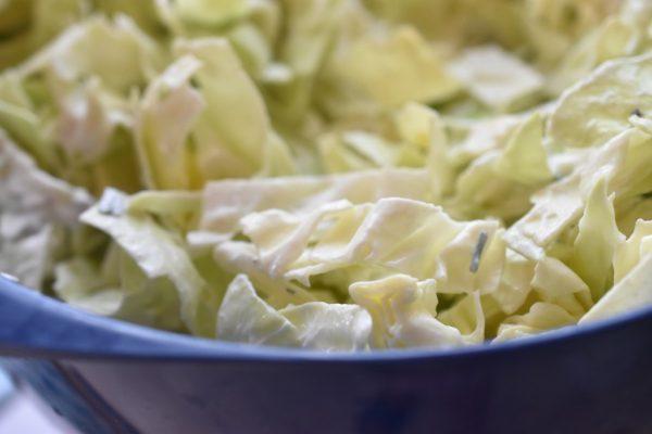 Spidskålssalat med citron og creme fraich