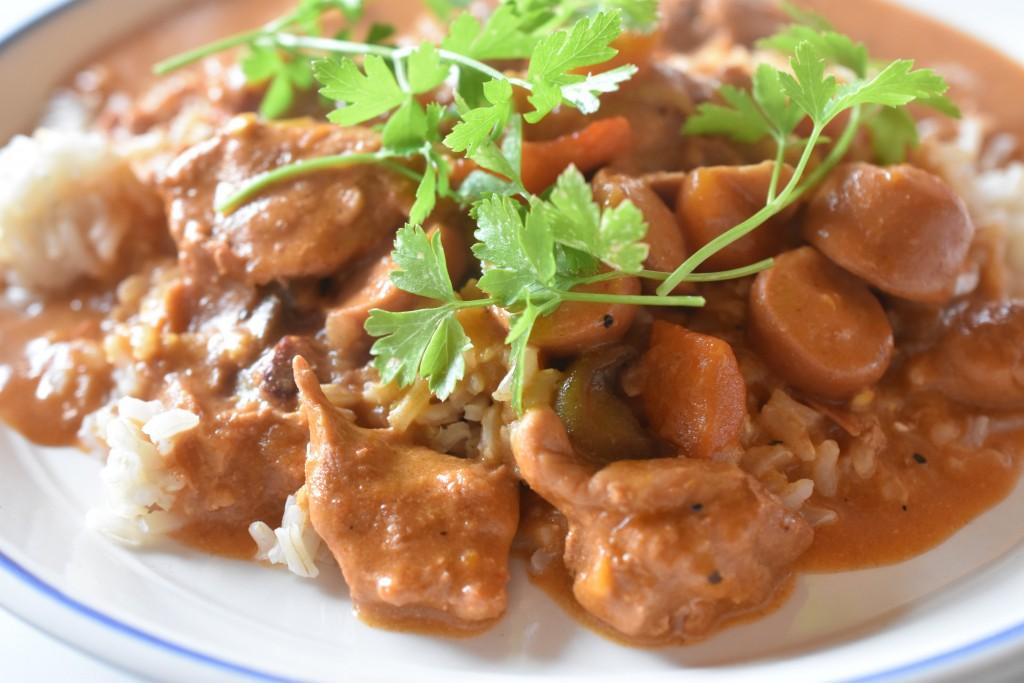Paprikagryde : svinemørbrad, bacon og pølser i lækker flødesauce
