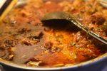 Koteletter i slow cooker - i lækker tomatflødesauce med porrer