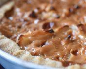 Æbletærte med karamel af kondenseret mælk