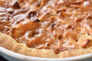 Æbletærte med karamel af kondenseret mælk - sød og lækker