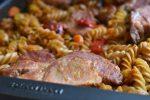 One pot pasta med koteletter i tomatsauce – nemt og lækkert