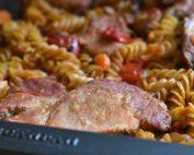 One pot pasta med koteletter og tomat i ovn