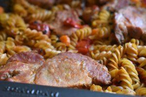 One pot pasta med koteletter i tomatsauce - nemt og lækkert