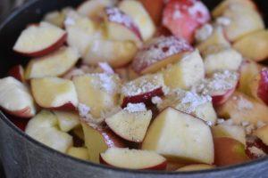 Æblekage og æblemos af æbler med skræl - nem og lækker