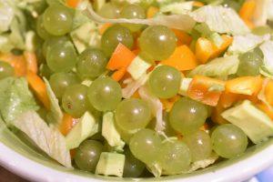 Salat med vindruer, avocado og peberfrugt - nem og lækker