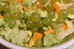 Salat med vindruer, avocado og peberfrugt – frisk og lækker