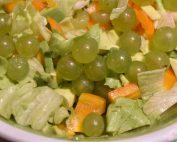 Salat med vindruer, avocado og peberfrugt