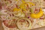 Pizza - nem, sprød og lækker med rugmel, løg og bacon