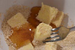 Småkager med sesam - lækre karamelsnitter med sesamfrø