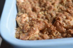 Æblecrumble med sirup, kanel og kardemomme - nem og lækker